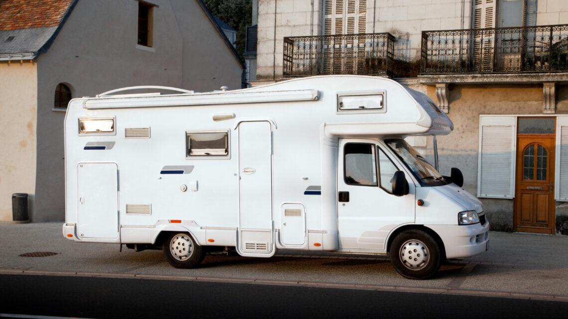 Rengøring af campingvogn udvendig: Sådan gør du (Guide)